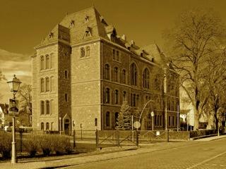Bild: Das ehemalige Luthergymnasium der Lutherstadt Eisleben am Schlossplatz. Aufnahme © 2006 by Birk Karsten Ecke.