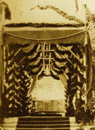Bild: Die Empfangshalle für Kaiser Wilhelm und Kaiserin Victoria Auguste auf dem Bahnhof von Eisleben. Dieses Bild ist gemeinfrei, weil seine urheberrechtliche Schutzfrist abgelaufen ist.