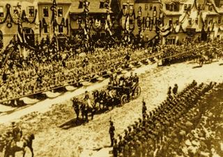 Bild: Die Kutsche der Kaiserin Victoria Auguste auf dem Plan von Eisleben am 12. Juni 1900 auf dem Weg zu den Jubelfeiern des 700-jährigen Kupferschieferbergbaues im Mansfelder Revier. Dieses Bild ist gemeinfrei, weil seine urheberrechtliche Schutzfrist abgelaufen ist.