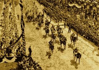 Bild: Kaiser Wilhelm II. mit seinem Gefolge und den Kürassieren des Regiments von Seydlitz auf dem Weg über den Plan von Eisleben zum Festplatz auf dem Markt. Dieses Bild ist gemeinfrei, weil seine urheberrechtliche Schutzfrist abgelaufen ist.