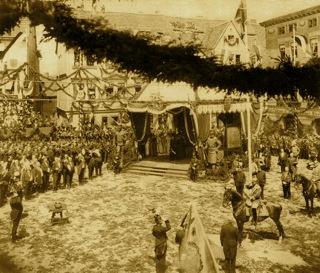 Bild: Die Begrüßung Wilhelms II. zu den Feierlichkeiten zu 700-jährigen Bestehens des Mansfelder Kupferschieferbergbaues am 12. Juni 1900 in der Lutherstadt Eisleben. Dieses Bild ist gemeinfrei, weil seine urheberrechtliche Schutzfrist abgelaufen ist.