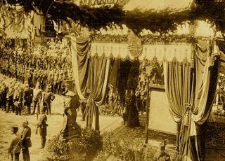 Bild: Die Kaiserin Victoria Auguste im Festpavillon auf dem Markt von Eisleben anlässlich des 700-jährigen Bestehens des Mansfelder Kupferschieferbergbaues. Dieses Bild ist gemeinfrei, weil seine urheberrechtliche Schutzfrist abgelaufen ist.
