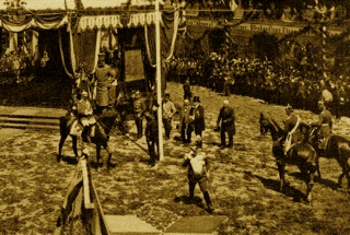 Bild: Kaiser Wilhelm II. verlässt den Festplatz in Eisleben. Dieses Bild ist gemeinfrei, weil seine urheberrechtliche Schutzfrist abgelaufen ist.