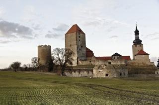 Bild: Auf der höchsten Erhebung am südlichen Stadtrand wacht über allem die mächtige Burg Querfurt. Wie schon vor Jahrhunderten ist die kleine Stadt auf der fruchtbaren Querfurter Platte auch heute noch weitgehend landwirtschaftlich geprägt.