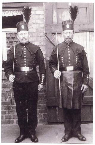 Bild: Bergmann und Hüttenarbeiter in Paradeuniform um das Jahr 1900. Dieses Bild ist gemeinfrei, weil seine urheberrechtliche Schutzfrist abgelaufen ist.