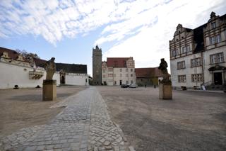 Bild: Blick auf den Innenhof des Schlosses zu Bernburg. Das Schloss war die Residenz der Fürsten zu Anhalt-Bernburg.