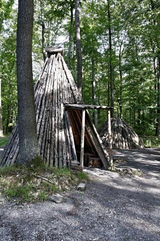 Bild: Nachbau einer Köhlerhütte und eines Holzkohlemeilers an der Kohlenstraße bei Wippra.