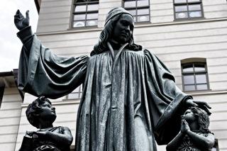 Bild: Denkmal für August Hermann Francke (1663-1727) in den Franckeschen Stiftungen in Halle an der Saale von Christian Daniel Rauch (1777–1857). Bild: © 2012 by Bert Ecke.