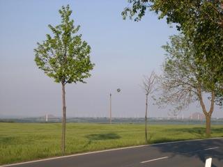 Bild: Die Klausstraße zwischen Saurasen und Mansfeld im Jahre 2007. Im Hintergund sind die Kegelhalden des Otto-Brosowski-Schachtes (links) und des Thälmann-Schachtes zu sehen. Bild © 2007 by Bert Ecke.