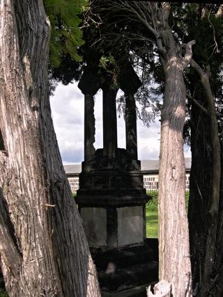 Bräunrode: Das Grab des Oberforstmeisters Deeke im Jahre 2006. Das Foto hat historischen Charakter, denn die Grabstätte auf dem Friedhof von Bräunrode ist heute verfallen und weitgehend unkenntlich.