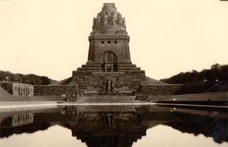 Bild: Das Völkerschlachtdenkmal bei Leipzig. Historisches Foto aus den 1930er Jahren. Aufnahme von Ronald Ecke.