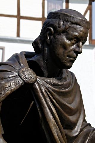 Bild: Bronzedenkmal des Grafen Hessi vor dem Kloster Wendhusen in Thale.