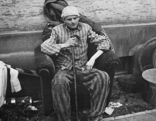 Bild: Überlebender des Lagers Boelcke-Kaserne in Nordhausen. Dieses Bild wurde von einem Mitglied der United States Army während dessen Ausführung seiner Dienstpflichten erstellt. Als eine Arbeit der US-Regierung ist dieses Bild public domain.