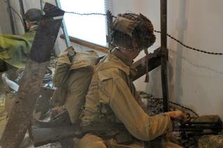 Bild: Ein Infanterist der US ARMY während eines Gefechts irgendwo an der Westfront. Ein solches Bild dürfte es nach der Landung der Alliierten in der Normandie im Juni 1944 überall in Hitlers Großdeutschem Reich gegeben haben - und die Front rückte von allen Seiten unaufhaltsam in Richtung Reichshauptstadt Berlin vor. Aufnahme vom BIG RED ONE MUSEUM am POINTE DU HOC - OMAHA BEACH - Normandie aus dem Jahre 2010.
