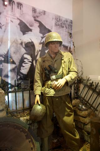 Bild: Infanterist der US ARMY in der typischen Uniform wie sie an der Westfront getragen wurde. Aufnahme vom BIG RED ONE MUSEUM am POINTE DU HOC - OMAHA BEACH - Normandie aus dem Jahre 2010.