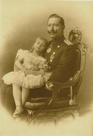 Bild: Prinzessin Viktoria Luise von Preußen mit ihrem Vater Kaiser Wilhelm II. Dieses Bild ist gemeinfrei, weil seine urheberrechtliche Schutzfrist abgelaufen ist.