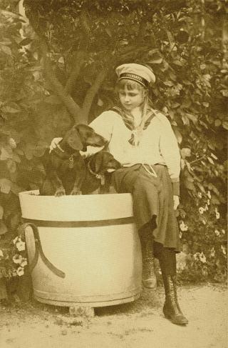 Bild: Prinzessin Viktoria Luise von Preußen als Mädchen auf dem Gut Cadinen in Westpreußen. Dieses Bild ist gemeinfrei, weil seine urheberrechtliche Schutzfrist abgelaufen ist.