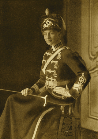 Bild: Prinzessin Viktoria Luise als stellvertretende Regimentschefin des 2. Leibhusarenregimentes - Totenkopfhusaren. Dieses Bild ist gemeinfrei, weil seine urheberrechtliche Schutzfrist abgelaufen ist.