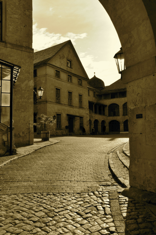 Bild: Blick auf den Innenhof des Großen Schlosses zu Blankenburg am Harz. Das Schloss ist durch den Lehrstand nach der Wende stark heruntergekommen - auch durch Vandalismus - und wird zur Zeit saniert. Aufnahme © by Birk Karsten Ecke.