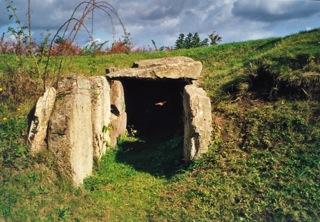 Bild: Die Dolmengöttin oder der Menhir von Langeneichstädt mit dem Steinkistengrab.