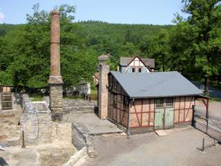 Bild: Ruinen einer Hütte am Museum Carlswerk in Mägdesprung im Harz.