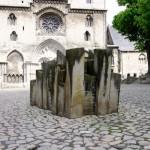 Bild: Das Denkmal STEINE DER ERINNERUNG auf dem Domplatz von Halberstadt.