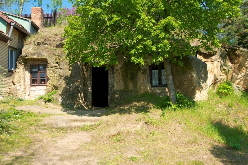 Bild: Die Höhlenwohnungen am Schäferberg in Langenstein.