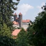 Bild: Auf dem Wiperti-Friedhof - Blick auf die Stiftskirche St. Servatii auf dem Schlossberg von Quedlinburg.